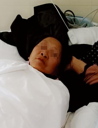 躺在病床上的刘阿姨