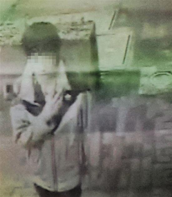 监控拍下犯罪嫌疑人的样子。