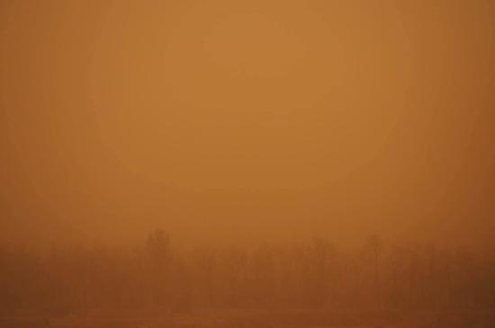 4月15日,北京,沙尘暴伴随强风突袭京城,傍晚时分空气呈现恐怖的黄色。