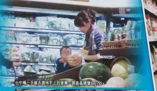 郭晶晶一家三口逛超市 與兒子說三種語言