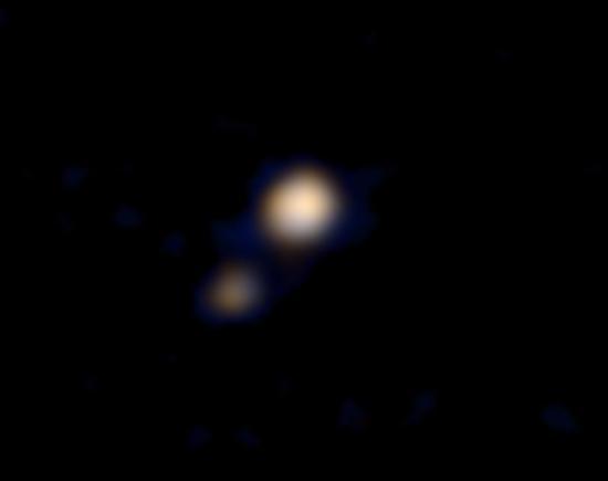 冥王星和它的最大卫星冥卫一,这是第一张有关冥王星系统的彩色照片。照片已经得到了初步处理,新视野号的科学团队随后会做进一步处理。因为拍摄距离长达1.15亿公里,图片中的冥王星和冥卫一都不太清晰,但还是可以区分开。