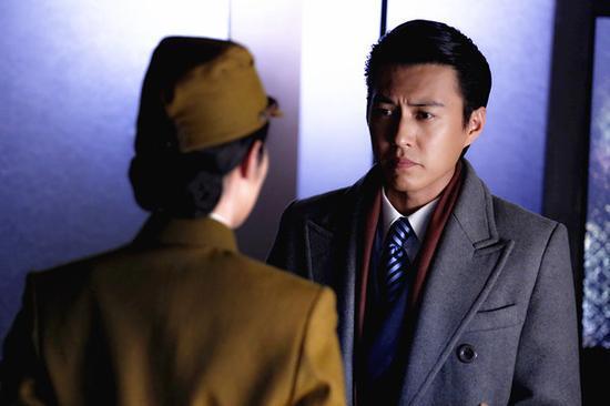 胡歌饰演的小弟明台是军统特工,后被发展为中共地下党,姐姐明镜是红色图片