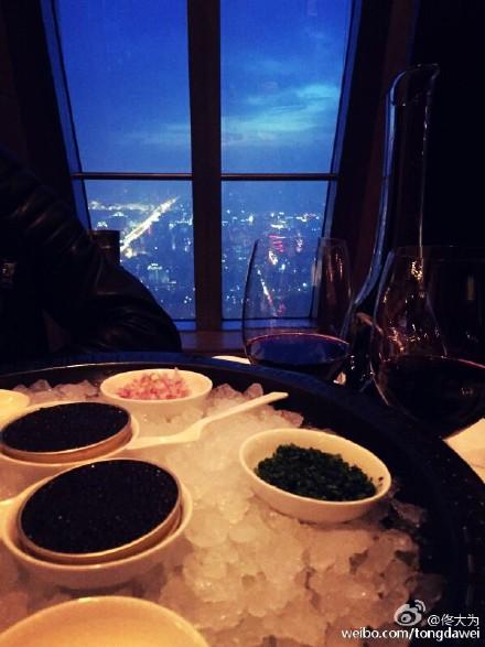 佟大为和老婆吃大餐庆祝结婚纪念日