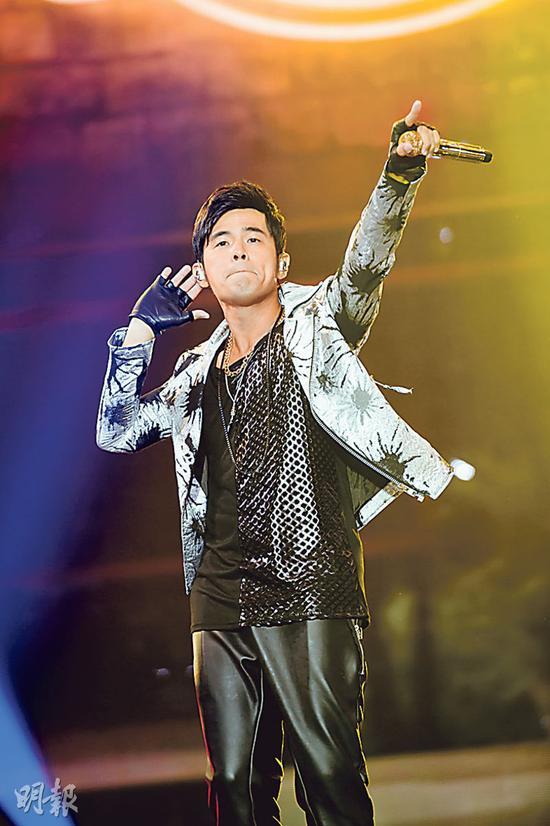 将为人父的周杰伦虽然无接受访问,但他在台上表现风骚,还清唱考歌迷。