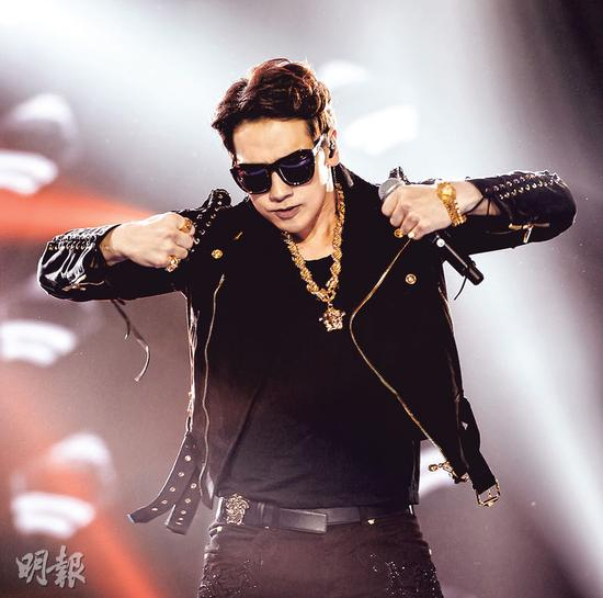韩国型男Rain以一身黑金Hip Hop造型在台上表演。