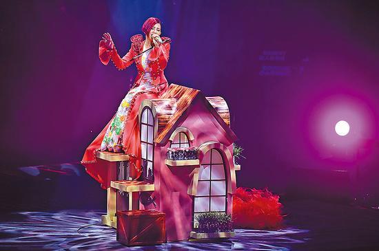 梁静茹坐上屋顶唱歌时,旋转舞台失灵。