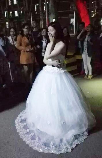 高校女生穿婚紗求婚 女追男真的只隔一層紗?
