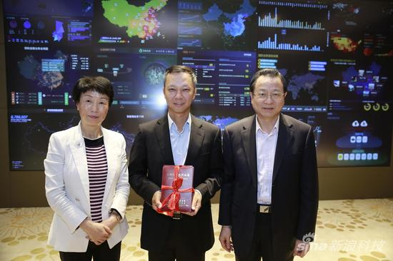 浙江省税务部门负责人向阿里巴巴颁发纳税信 用最高等级证书
