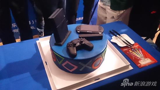 国行主机造型的蛋糕 充满PlayStation元素