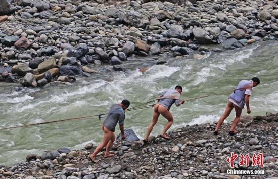 三峡库区再现裸体纤夫 曾消失5年多
