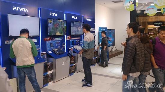 索尼直营店内试玩国行PS4的玩家