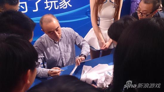 添田武人为现场购买国行主机的玩家签名