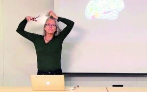 女教授课堂剃光头给学生讲解大脑结构(图)