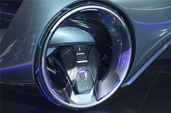 作为一款实时互联并与车主智能设备无缝对接的未来智能汽车,雪佛兰概念车CHEVROLET-FNR将成为车主的移动伙伴,拥有它之后,未来的雪佛兰MyLink将为你联接移动生活的方方面面。结合自动驾驶功能,雪佛兰概念车CHEVROLET-FNR可以自动驶离车位迎候车主,当车主靠近时,雪佛兰概念车CHEVROLET-FNR的幻翼对开车门将自动开启,待车主坐进车内,虹膜识别系统会对车主进行虹膜识别以启动车辆,随即车辆前排的全风挡玻璃平视显示屏上会清晰投射出雪佛兰智行助手为车主精心规划的当天日程安排及预定的行车