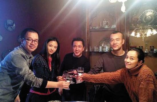 冯小刚监制的《命中注定》在意大利拍摄,王中磊透露在片场与廖凡、汤唯吃的炸酱面,正是由冯小刚亲自下厨做的。