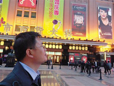 4月16日,王���在王府井大巷察看路人