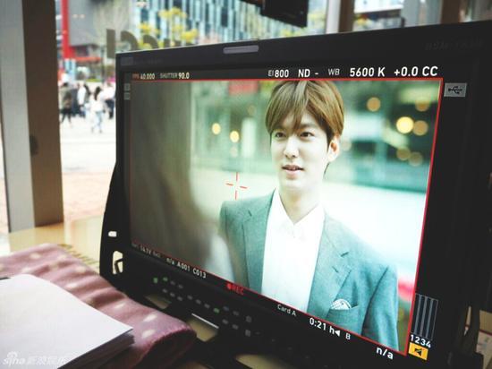 組圖:李敏鎬雨中拍廣告 與女演員深情對視