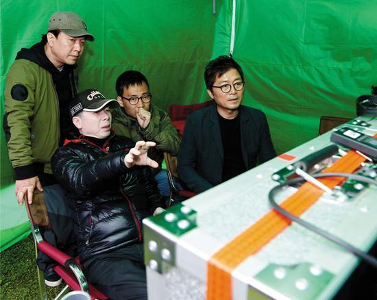 冯小刚和姜帝圭在现场指导。