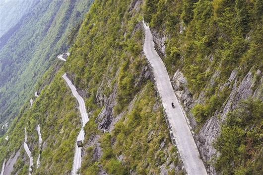 恩施村民绝壁上开凿公路 被外界称为深山天路