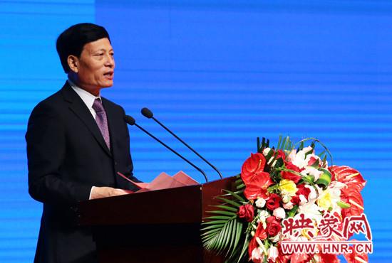 河南省委副书记、省长谢伏瞻在致辞中热忱欢迎海内外客商来豫投资兴业