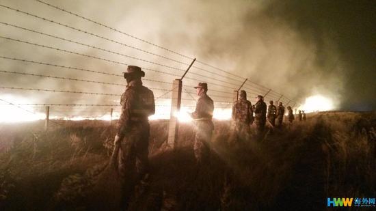 4月22日,内蒙古自治区呼伦贝尔市,内蒙古呼伦贝尔边防支队民警正在紧急疏散转移群众。