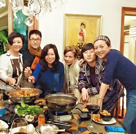 小龙女、吴绮莉、小龙女干妈(左三)