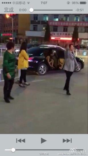 年輕女子鬧市遭扒衣遊街 3名嫌疑人被刑拘(圖)