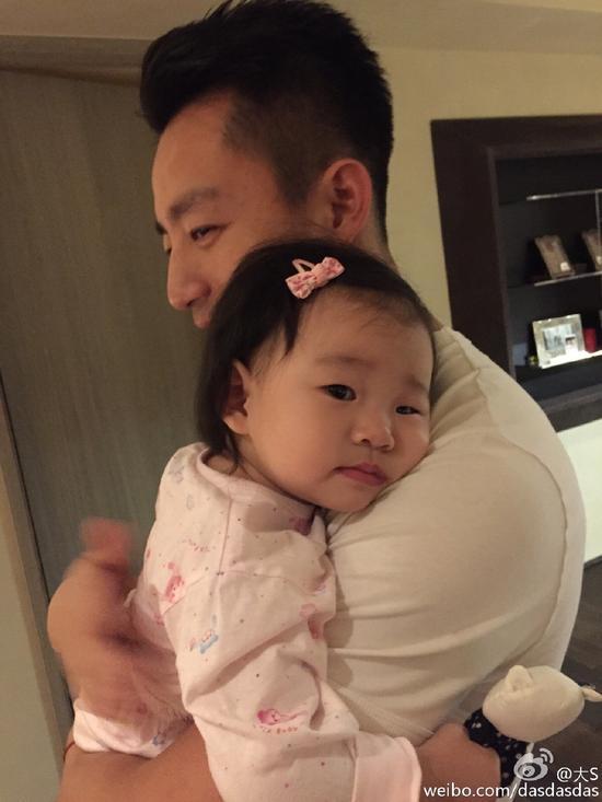 汪小菲抱着女儿好有爱