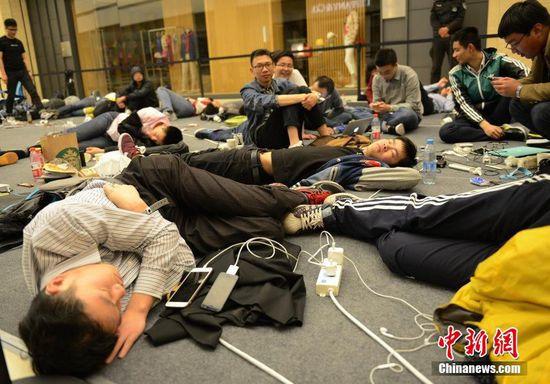 杭州数百果粉彻夜排队睡地板迎苹果店开业(图)