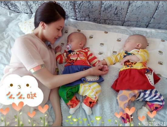 甘薇和双胞胎女儿在一起