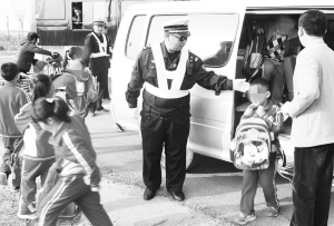 ■民警对超员面包车里的小学生进行安全转移。