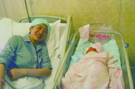 冯家妹生产后和女儿拍照