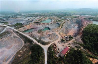 4月17日,白沙镇与公馆镇接壤的一带,一个个数十亩大的矿坑侵蚀大地。