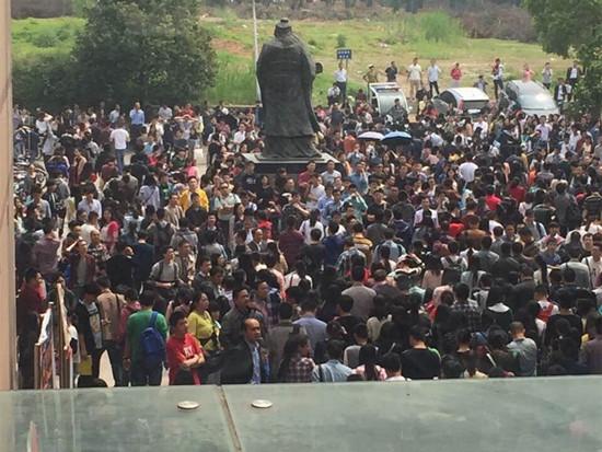 华中科技大学考点考生等待进入考场