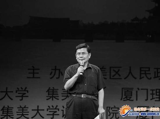 去年10月,汪国真在集美首届学村文化艺术节上深情朗诵《临江仙·集美》。 (资料图片)通讯员 林志杰 摄