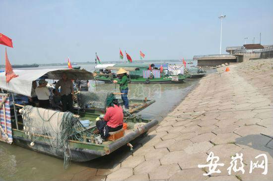 停靠江边的渔船。