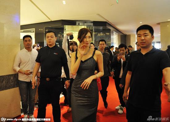 林志玲现身哈尔滨穿性感吊带裙娇羞打招呼