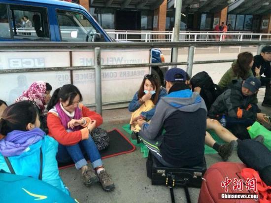 4月25日14时11分在尼泊尔(北纬28.2度,东经84.7度)发生8.1级地震,首都加德满都机场因地震暂时关闭,部分中国游客在机场滞留等待回国。中国驻尼泊尔大使馆人员正在现场安抚。中新社发 李滟竹 摄