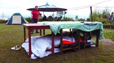 9名驴友亲历尼泊尔地震:草地上裹被单睡桌下