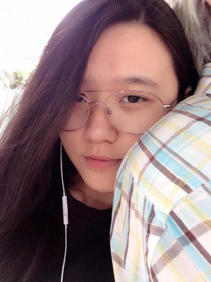 林靖恩日前在脸书贴出一张她贴紧男友背部的亲昵照
