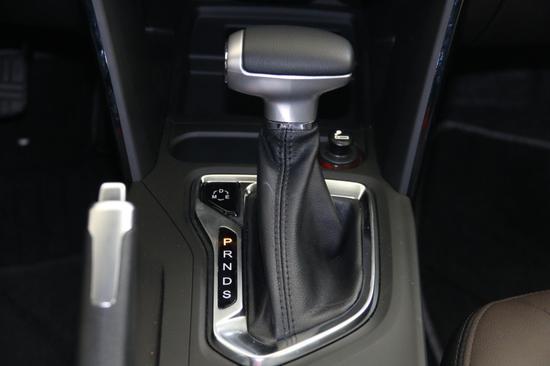 中控面板的大尺寸多媒体系统液晶屏,能够提供多媒体显示,车载导航