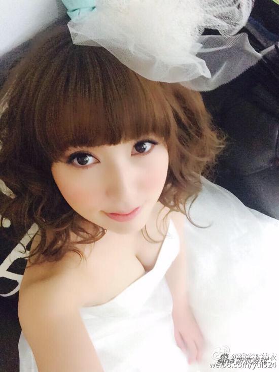 波多野结衣代言游戏披婚纱小露性感 透露理想结婚对象