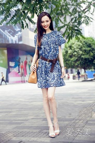 蓝色印花连衣裙造型
