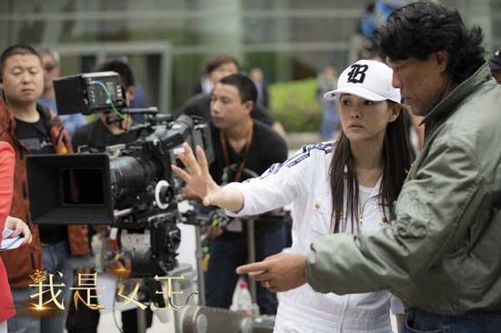 转身做导演的伊能静在拍摄现场。