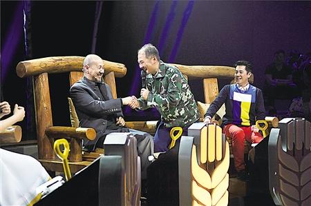 腾格尔与选手握手