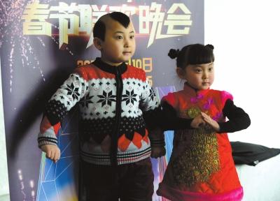 2013年,邓鸣贺和妹妹参加BTV春晚发布会。京华时报记者王俭摄