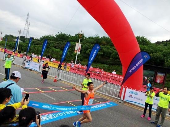 半程马拉松冠军诞生,28岁的张海生@小灰灰Run 轻松夺魁。