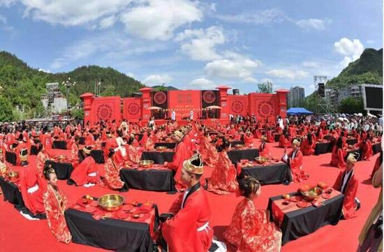 酉阳举办汉式集体婚典 99对新人获于丹祝福图片