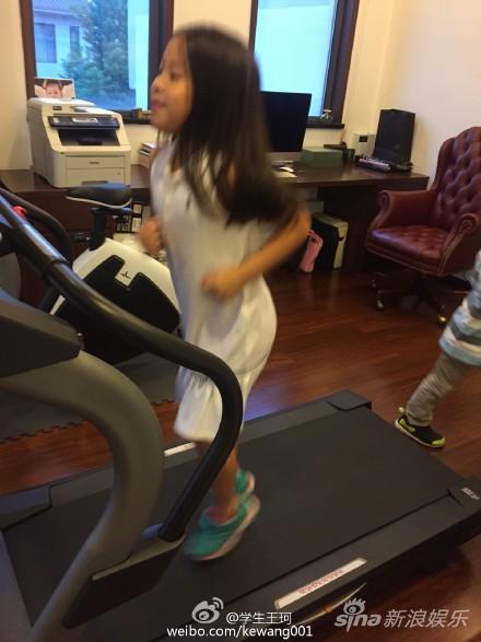 女儿抢跑步机