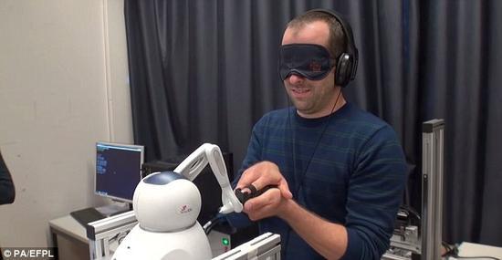 """在实验中,机器人让参与的志愿者感觉到一种虚幻的存在,其实并不存在所谓的""""鬼""""。这项研究以12位患有不同神经疾病的志愿者为对象。"""